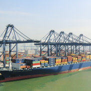STS cranes loading a ship